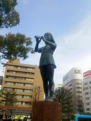 笛を吹く少女の銅像『調べ』