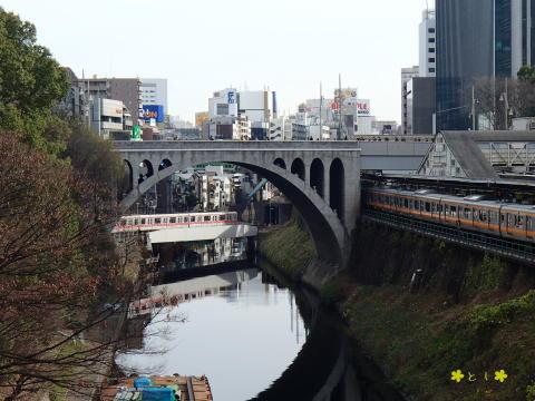 聖橋から、地下鉄とJR中央線快速電車